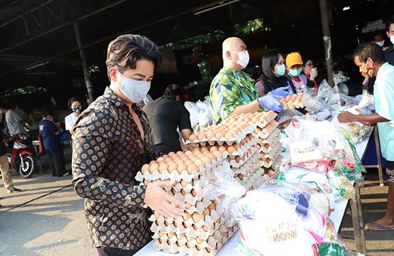 """""""วันสร้างสุข"""" สู้ภัยโควิด-19   เดินหน้าส่งต่อความช่วยเหลือทั่วไทย  """"พีเค - อาจารย์เป็นหนึ่ง"""" ร่วมลงพื้นที่ช่วยชุมชนตกสำรวจ !!"""