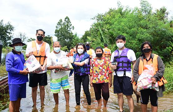 """""""วันสร้างสุข สู้ภัยน้ำท่วม"""" เร่งลงพื้นที่มอบถุงยังชีพ  ช่วยเหลือผู้ประสบอุทกภัย โคราช"""