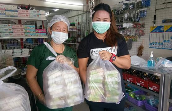 """""""วันสร้างสุข  สู้โควิด ช่วยชุมชน"""" เดินหน้ามอบทุน  ให้ """"ร้านค้า"""" ทำอาหารกล่อง ส่งต่อคนในชุมชนที่เดือดร้อน"""