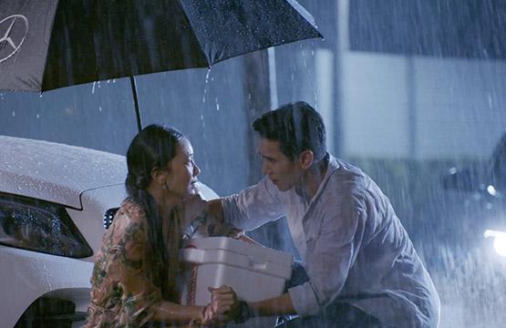 """""""นุ่น""""  เดียวดายยืนตากฝน  โชคดีได้ """"ก็อต"""" ขี่ม้าขาวช่วย ปลอบใจ"""