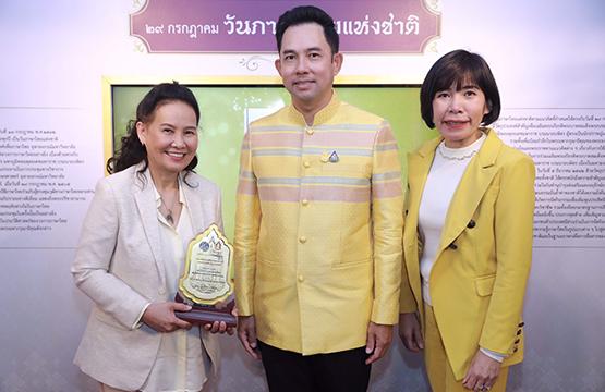 พี่ฉอด-พี่อ้อย รับรางวัลเกียรติยศผู้ใช้ภาษาไทยสร้างสรรค์ดีเด่นวันภาษาไทยแห่งชาติ